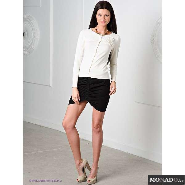 Девушка в короткой юбке с разрезом отличный